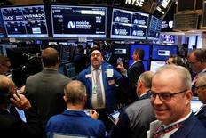 Operadores trabajando en la Bolsa de Nueva York. 15 de septiembre de 2016. El índice Nasdaq tocaba un récord intradiario el jueves, un día después de que la Reserva Federal decidió no subir las tasas de interés. REUTERS/Brendan McDermid