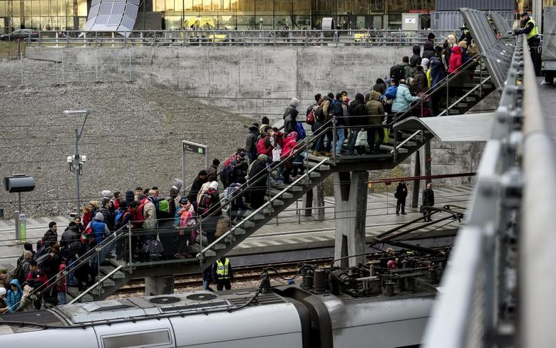 Police organize a line of refugees on a stairway leading up to trains arriving from Denmark at the Hyllie train station outside Malmo, Sweden, November 19, 2015. REUTERS/Johan Nilsson/TT News Agency/File Photo