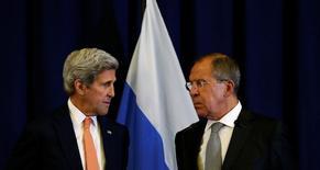 Госсекретарь США Джон Керри и министр иностранных дел России Сергей Лавров (справа) смотрят друг на друга на пресс-конференции в Женеве 9 сентября 2016 года. Высокопоставленные представители России и США, обменивающихся обвинениями в унесшей жизни атаке на гуманитарный конвой в Сирии, в четверг встретятся в Нью-Йорке второй раз за неделю в поисках способа спасти разваливающееся перемирие. REUTERS/Kevin Lamarque