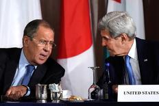 Госсекретарь США Джон Керри разговаривает с министром иностранных дел России Сергеем Лавровым на встрече в Нью-Йорке 22 сентября 2016 года. Вашингтон и Москва на переговорах в четверг не смогли реанимировать развалившееся перемирие в Сирии, вторую за год попытку, а президент Башар Асад объявил о новом наступлении на повстанцев в районе Алеппо. REUTERS/Darren Ornitz