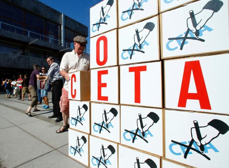 Demonstrators deliver some 125,000 signatures to the Constitutional Court to prostest against the Comprehensive Economic and Trade Agreement (CETA) in Karlsruhe, Germany August 31, 2016. REUTERS/Ralph Orlowski