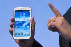 Un smartphone fabriqué par Samsung Electronics - un Galaxy Note 2 - a émis de la fumée dans un compartiment bagage à bord d'un avion qui assurait vendredi une liaison entre Singapour et Chennai, L'incident n'a entraîné aucun dommage et l'avion a atterri normalement. /Photo d'archives/REUTERS/Thomas Peter