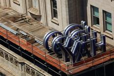 Yahoo Inc fue objeto de una demanda presentada el viernes por un usuario que acusó a la compañía de negligencia, un día después de que la firma dijera que piratas informáticos robaron datos de al menos 500 millones de cuentas en 2014. En la imagen de archivo, se ve el logo de Yahoo sobre el tejado de un edificio de Nueva York donde la empresa tiene oficinas, el 25 de julio de 2016. REUTERS/Brendan McDermid