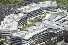 Justo cuando la senda hacia la irrelevancia de Yahoo durante los últimos diez años parecía llegar a su fin, la empresa de Internet se ha topado con un nuevo motivo de bochorno. El jueves, Yahoo dio a conocer el robo de datos de 500 millones de cuentas de usuarios en 2014. Imagen de archivo con vista aérea del campus de Yahoo en Sunnyvale, California  el 6 de abril de 2016. REUTERS/Noah Berger
