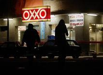 Una tienda de conveniencia Oxxo en Ciudad de México. 30 de julio de 2003.. El grupo financiero Banorte, que opera el cuarto mayor banco de México, y la gigante embotelladora y minorista FEMSA firmaron un acuerdo para ofrecer servicios bancarios en la cadena de tiendas de conveniencia Oxxo, según un comunicado divulgado el domingo por ambas empresas. REUTERS/Henry Romero/