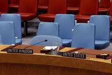 """Кресла представителей Великобритании и США в Совбезе ООН. Нью-Йорк, 25 сентября 2016 года. Крах сирийского перемирия стал в воскресенье темой ожесточенных дебатов в Совбезе ООН, где США обвинили Россию в """"варварстве"""" под ширмой борьбы с терроризмом, а Великобритания - в """"военных преступлениях"""". REUTERS/Andrew Kelly"""