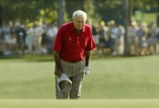 Four-time Masters champion Arnold Palmer pauses and bows to the gallery as he walks to the 18th green during his final competitive appearance in the Masters golf tournament at Augusta National Golf Club in Augusta, Georgia, U.S. on April 9, 2004. REUTERS/Kevin Lamarque/File Photo