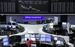 Las bolsas europeas bajaban el lunes por el repliegue en la cotización de los principales bancos y empresas de energía.  En la imagen, el patio de operaciones de Francfort el 23 de septiembre. REUTERS/Staff/Remote