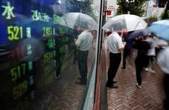 Un hombre mirando una pantalla que muestra el precio de las acciones, en Tokio, Japón. 18 de agosto de 2016. Las bolsas de Asia caían el lunes después de unas pérdidas en Wall Street, en momentos en que la atención de los inversores pasaba de los bancos centrales a la política estadounidense antes del primer debate presidencial en Estados Unidos. REUTERS/Kim Kyung-Hoon