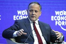 El miembro del Comité Ejecutivo del BCE Benoît Coeuré durante un foro en Davos. 24 de enero de 2015. La zona euro corre el riesgo de caer en una trampa de crecimiento reducido y tasas de interés bajas, a menos que los gobiernos dejen de depender del Banco Central Europeo para levantar a la economía y comiencen a desempeñar su papel, dijo el lunes el miembro del Comité Ejecutivo del BCE Benoît Coeuré. REUTERS/Ruben Sprich