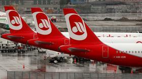 La compagnie allemande Air Berlin réfléchit à une vaste restructuration qui pourrait l'amener à réduire sa flotte de moitié et à supprimer un millier d'emplois pour redresser ses finances et redevenir rentable, selon des sources du secteur. /Photo prise le 14 avril 2016/REUTERS/Arnd Wiegmann