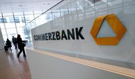Visitantes entrando a la sede de Commerzbank antes de la conferencia de prensa anual de la compañía, en Fráncfort, Alemania. 12 de febrero de 2016. El Commerzbank, el segundo banco más grande de Alemania, planea recortar unos 9.000 puestos de trabajo en los próximos años como parte de un plan de reestructuración, informó el lunes el diario Handelsblatt, citando fuentes no identificadas de la industria financiera. REUTERS/Ralph Orlowski/File Photo