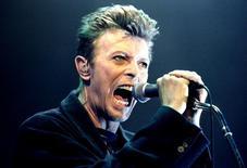 David Bowie durante show em Viena.  4/2/1996. REUTERS/Leonhard Foeger