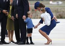 A duquesa de Cambridge Kate Middleton segura a mão de seu filho princípe George enquanto carrega sua filha, princesa Charlotte, na chegada ao Aeroporto Internacional de Victoria para o início de sua viagem real de oito dias em Victoria, na Columbia Britânica 24/09/2016 REUTERS/Chris Wattie