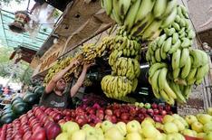 Продавец фруктов на рынке в Каире. Россия снимет запрет на импорт фруктов и овощей, кроме картофеля, из Египта в течение трех-пяти дней, сообщил Рейтер представитель Россельхознадзора во вторник на следующий день после встречи с делегацией из Каира.  REUTERS/Mohamed Abd El Ghany