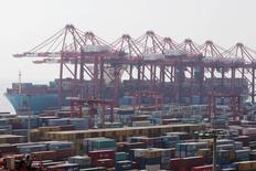 El volumen del comercio mundial crecería sólo un 1,7 por ciento en 2016, la primera vez en 15 años que el comercio internacional se expande más lentamente que la economía global, dijo el martes la Organización Mundial de Comercio (OMC). En la imagen de archivo, un carguero en el puerto de Yangshan, en Shanghái.  REUTERS/Aly Song