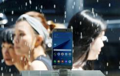 Un celular Samsung Galaxy Note 7, a la muestra en una tienda en Seúl, Corea del Sur. 2 de septiembre de 2016. Samsung Electronics dijo el martes que recuperó más del 60 por ciento de los teléfonos Galaxy Note 7 que llamó a revisión en Corea del Sur y Estados Unidos, lo que sugiere que está progresando en sus intentos por superar la crisis. REUTERS/Kim Hong-Ji/File Photo