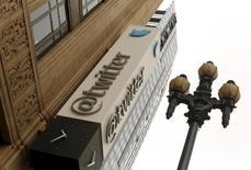 Alors que les spéculations s'accélèrent sur un possible rachat de Twitter, le réseau social, qui a longtemps peiné à définir sa stratégie, pourrait prendre différentes voies en fonction de l'identité de son futur propriétaire (Salesforce.com, Google, Microsoft, Disney). /Photo d'archives/REUTERS/Robert Galbraith