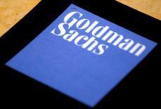 El logo de Goldman Sachs en sus oficinas en Sídney, mayo 18, 2016. Goldman Sachs redujo el martes en 7 dólares su pronóstico para los precios del petróleo en el cuarto trimestre de 2016, al citar un creciente superávit de suministros que podría pesar más que el impulso a largo plazo que generaría un acuerdo entre los principales productores para limitar el bombeo de crudo.  REUTERS/David Gray/File Photo