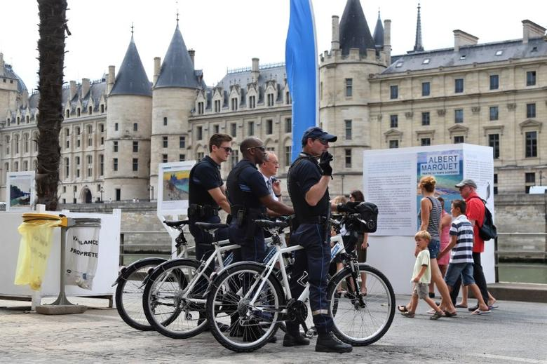 Members of the Paris VTT brigade of the DPP (Direction of the prevention and the protection) patrol along the banks of the Seine during the opening day of the Paris Plages beach festival in Paris, France, six days after a truck driver killed 84 people when he mowed through a crowd on the French Riviera, July 20, 2016.  REUTERS/Charles Platiau