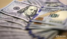 Долларовые купюры в Йоханнесбурге 13 августа 2014 года. Доллар повысился к иене в среду, в то время как евро восстанавливает потери после снижения на фоне беспокойства о финансовой системе Евросоюза. REUTERS/Siphiwe Sibeko