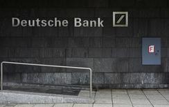 Le ministère des Finances allemand a démenti mercredi que le gouvernement élabore un plan de renflouement pour Deutsche Bank dans le cas où l'établissement ne pourrait lever lui-même les fonds pour faire face à de coûteux litiges. /Photo d'archives/REUTERS/Kai Pfaffenbach