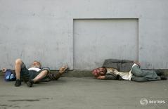 Люди спят на вокзале в Москве 12 июля 2007 года. Российское правительство обсуждает идею налога для официально неработающих граждан и готовит соответствующий законопроект, сообщила вице-премьер Ольга Голодец. REUTERS/Denis Sinyakov