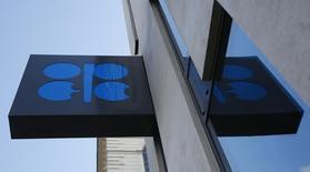 El logo de la OPEP fotografiado en su sede en Viena, Austria. 21 de marzo de 2016. La OPEP podría anunciar el miércoles en Argelia un acuerdo para congelar la producción de petróleo, aunque es improbable que todos los detalles se den a conocer antes de la reunión formal que tendrá el grupo en noviembre, dijeron dos fuentes de la organización. REUTERS/Leonhard Foeger