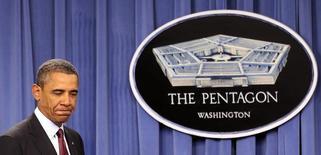 Президент США Барак Обама выступает в Пентагоне, Вашингтон, 5 января 2012 года.  Администрация президента США выбирает более серьезные меры реагирования на действия поддерживаемой Россией сирийской армии в Алеппо, включая военную составляющую, заявили в среду американские официальные лица. REUTERS/Kevin Lamarque