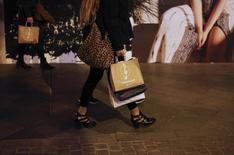 Las ventas minoristas moderaron su crecimiento en agosto por segundo mes consecutivo, aunque seguía manteniendo una racha de 25 meses consecutivos al alza, según datos presentados el jueves por el Instituto Nacional de Estadística (INE).  En la imagen, varias personas con bolsas de compras en Sevilla, el 4 de marzo de 2016. REUTERS/Marcelo del Pozo