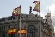 El Banco de España revisó al alza su previsión de PIB para 2016, debido a la fuerte demanda nacional privada, aunque mantuvo la estimación de que la economía española se ralentizará en 2017 y 2018.  En la foto de archivo, unas banderas de España ante el edificio del Banco de España en Madrid el 9 de mayo de 2013. REUTERS/Paul Hanna
