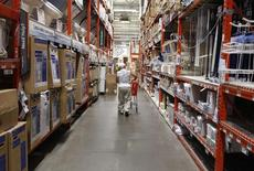 Un hombre comprando en una tienda Home Depot, en Nueva York. 29 de julio de 2010. El crecimiento de Estados Unidos en el segundo trimestre fue menos débil de lo que se esperaba, dado que las exportaciones tuvieron mayor impulso que las importaciones y las empresas aumentaron sus inversiones, todas señales alentadoras para el panorama económico del país. REUTERS/Shannon Stapleton