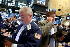Трейдеры на торгах Нью-Йоркской фондовой биржи 28 сентября 2016 года. Фондовые индексы США снижаются в четверг на фоне отскока цен на нефть после роста накануне, а также поскольку инвесторы анализируют экономические данные и комментарии представителей Федрезерва в преддверии выступления Джанет Йеллен. REUTERS/Brendan McDermid