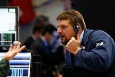 Un operador trabajando en la bolsa de Wall Street en Nueva York, sep 28, 2016. Las acciones en Estados Unidos caían levemente el jueves en una sesión volátil, ante el retroceso en los precios del petróleo y mientras el mercado evaluaba un conjunto de datos económicos y declaraciones de funcionarios de la Reserva Federal.  REUTERS/Brendan McDermid