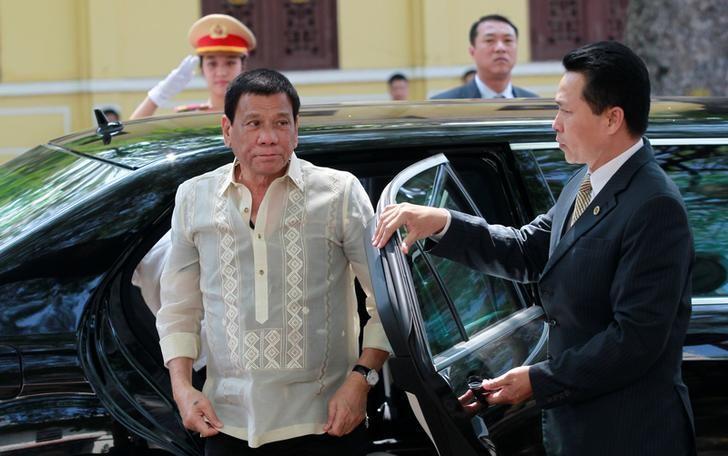 Philippines President Rodrigo Duterte (L) arrives at a restaurant for lunch in Hanoi, Vietnam September 29, 2016. REUTERS/Kham