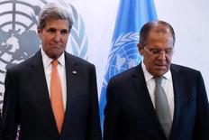 Госсекретарь США Джон Керри (слева) и его российский коллега Сергей Лавров на сессии Генеральной ассамблеи ООН в Нью-Йорке 23 сентября 2016 года. Соединенные Штаты, как ожидается, в четверг проинформируют Россию о приостановке дипломатического сотрудничества в Сирии после массированных атак сирийских правительственных войск, поддерживаемых Москвой, в Алеппо, сообщили американские чиновники, пожелавшие остаться неназванными. REUTERS/Andrew Kelly