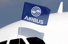 Airbus Group SAS, la maison-mère opérationnelle du groupe Airbus, va fusionner avec Airbus SAS, la division qui fabrique les avions, dans le cadre de la réorganisation interne du géant européen de l'aéronautique, selon des sources proches du dossier. /Photo d'archives/REUTERS/Régis Duvignau