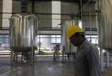 Un empleado en una planta de biocombustible en San Nicolás, Argentina, ago 22, 2010. La producción industrial de Argentina cayó un 5,7 por ciento interanual en agosto, informó el jueves el Gobierno, cifra que marcó una seguidilla de siete meses consecutivos en baja. REUTERS/Enrique Marcarian