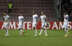 Jogadores da Inter de Milão deixam campo após derrota para Sparta Praga. 29/09/2016.  REUTERS/David W Cerny