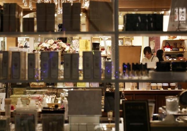 9月30日、日本の個人消費伸び悩みの背景に、いくつかの目立った要因が浮上してきた。写真は都内で2014年9月撮影(2016年 ロイター/Yuya Shino)