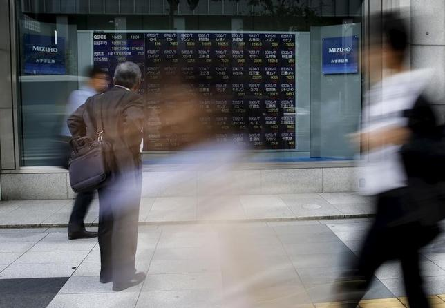 9月30日、東京株式市場で日経平均は大幅反落。下げ幅は一時285円となった。ドイツ銀行を巡る懸念が金融株安につながったほか、円高警戒感も継続。写真は都内の株価ボード。2015年10月撮影(2016年 ロイター/Toru Hanai)