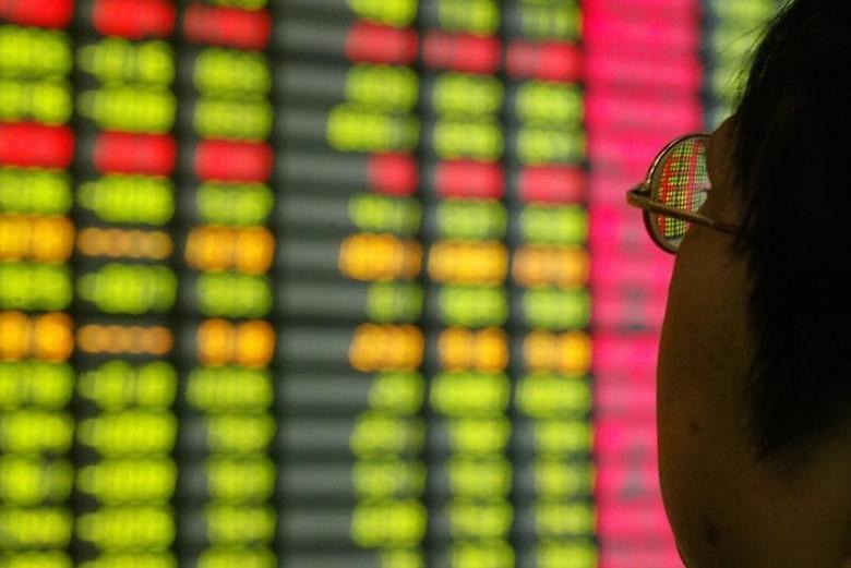 2003年11月12日,上海一家券商营业部内的股民在看大屏幕上的股票信息。REUTERS/Claro Cortes IV/File Photo