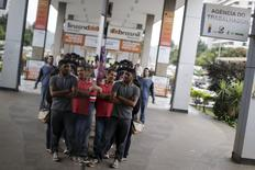Pessoas fazem fila em busca de trabalho em agência de emprego em Brasília, Brasil 08/03/2016 REUTERS/Ueslei Marcelino
