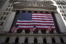 La Bourse de New York est orientée à la hausse vendredi en début de séance, semblant oublier au moins provisoirement les inquiétudes suscitées par Deutsche Bank, l'une de ses principales préoccupations ces derniers jours. Quelques minutes après le début des échanges, le Dow Jones gagne 0,53% à 18.240,01 points. Le Standard & Poor's 500, plus large, progresse de 0,45% et le Nasdaq Composite prend 0,37%. /Photo d'archives/REUTERS/Carlo Allegri