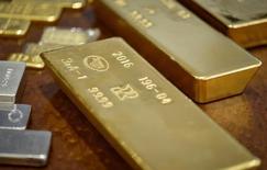 Золотые слитки в Национальном банке Казахстана. Золото дорожает в пятницу, так как опасения по поводу Deutsche Bank вызвали сильную распродажу на фондовых рынках и снизили аппетит инвесторов к риску, но усиление доллара ограничило рост.  REUTERS/Mariya Gordeyeva