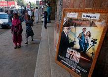 Pôster de filme indiano visto em cinema em Karachi, Paquistão.    30/09/2016         REUTERS/Akhtar Soomro
