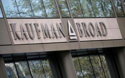Kaufman & Broad fait état d'une hausse de près de 20% de son chiffre d'affaires à 835,3 millions d'euros sur les neuf premiers mois de son exercice 2016, porté notamment par une activité soutenue dans l'immobilier d'entreprise. /Photo prise le 21 avril 2016/REUTERS/Gonzalo Fuentes
