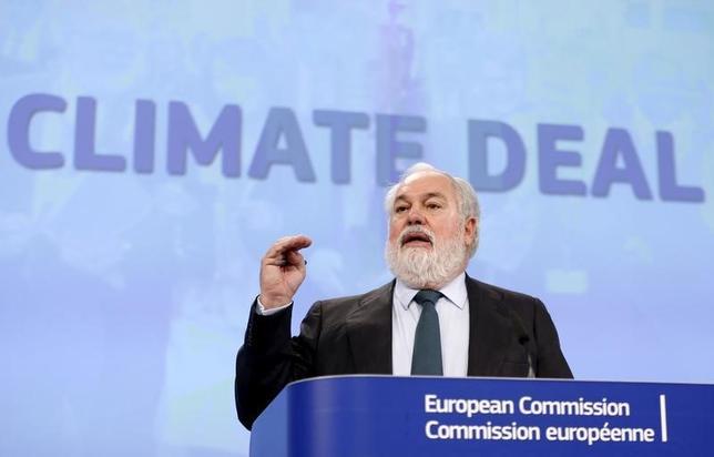 9月30日、EU環境相会合は、地球温暖化対策の新たな枠組み「パリ協定」を批准することで合意した。昨年12月の協定採択後に会見するミゲル・アリアス・カニェテ欧州委員(気候行動・エネルギー担当)。(2016年 ロイター/Francois Lenoir)
