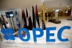 El logo de la OPEP antes de una reunión informal del grupo en Argelia. La producción de la OPEP alcanzó probablemente su nivel más alto en la historia reciente en septiembre, indicó un sondeo de Reuters el viernes, ya que Irak elevó sus exportaciones en el norte y Libia reabrió algunas de sus principales terminales. 28 de septiembre de 2016. REUTERS/Ramzi Boudina