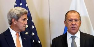 Госсекретарь США Джон Керри (слева) и министр иностранных дел России Сергей Лавров на посвященной сирийскому урегулированию встрече в Женеве 9 сентября 2016 года. Тяжело сохранять уверенность в перспективах прекращения гражданской войны в Сирии дипломатическими средствами, когда армия президента Башара Асада при российской поддержке с воздуха осаждает Алеппо, сказал представитель Госдепартамента. REUTERS/Kevin Lamarque